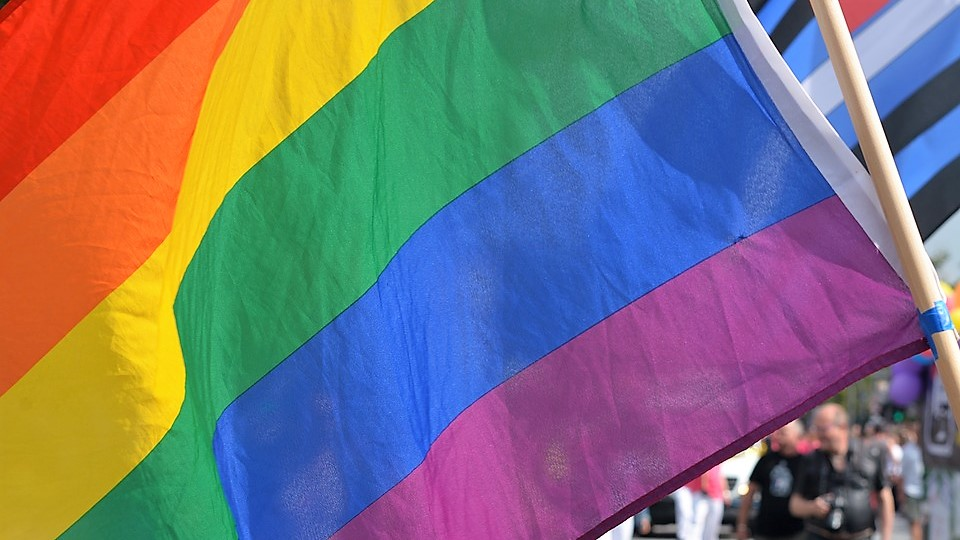 Livorno, pompiere si congratula con una coppia gay, ora rischia la sospensione