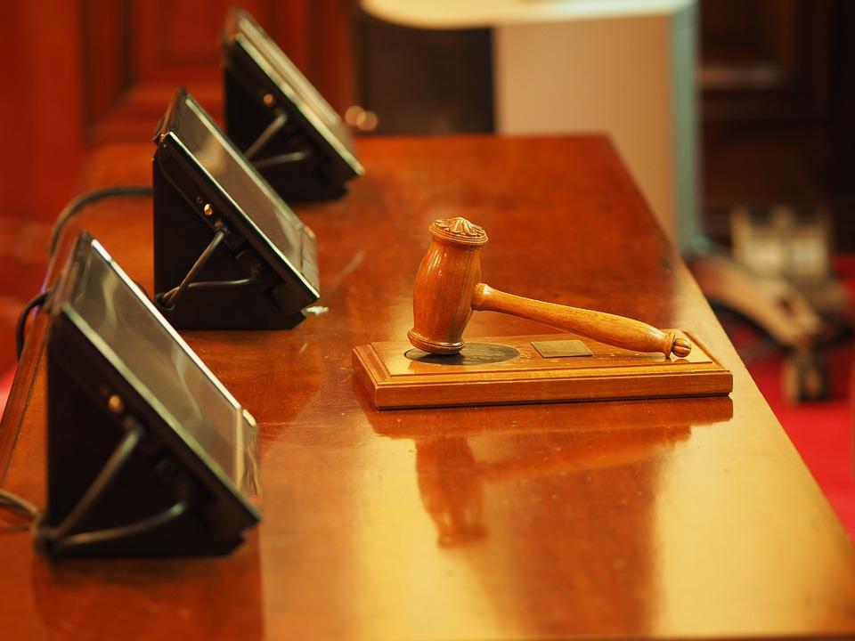Stalking: lui offre 1500 euro alla vittima, lei rifiuta ma il giudice estingue il reato