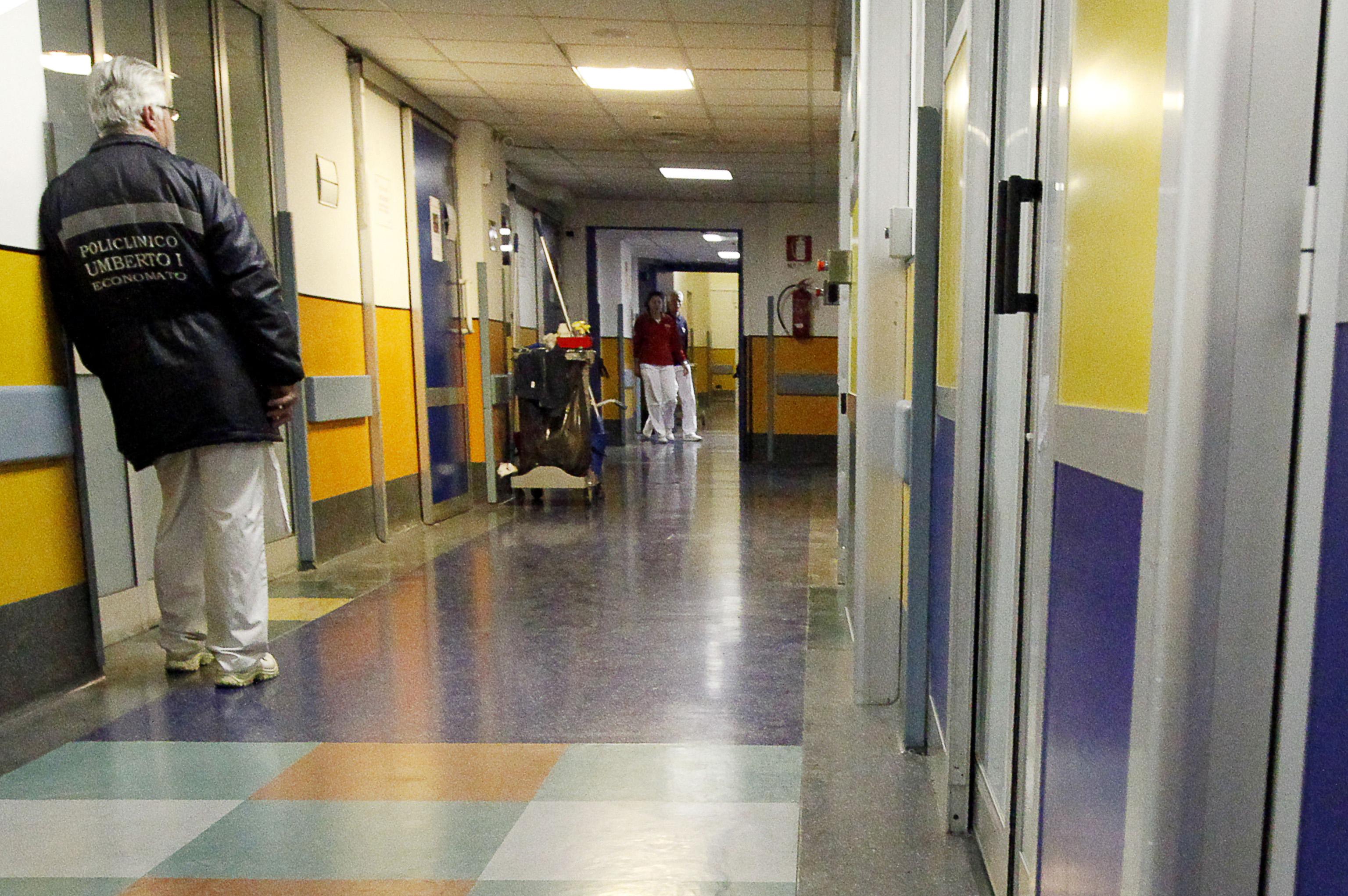 Roma, si finge medico e molesta una donna in ospedale: arrestato 25enne