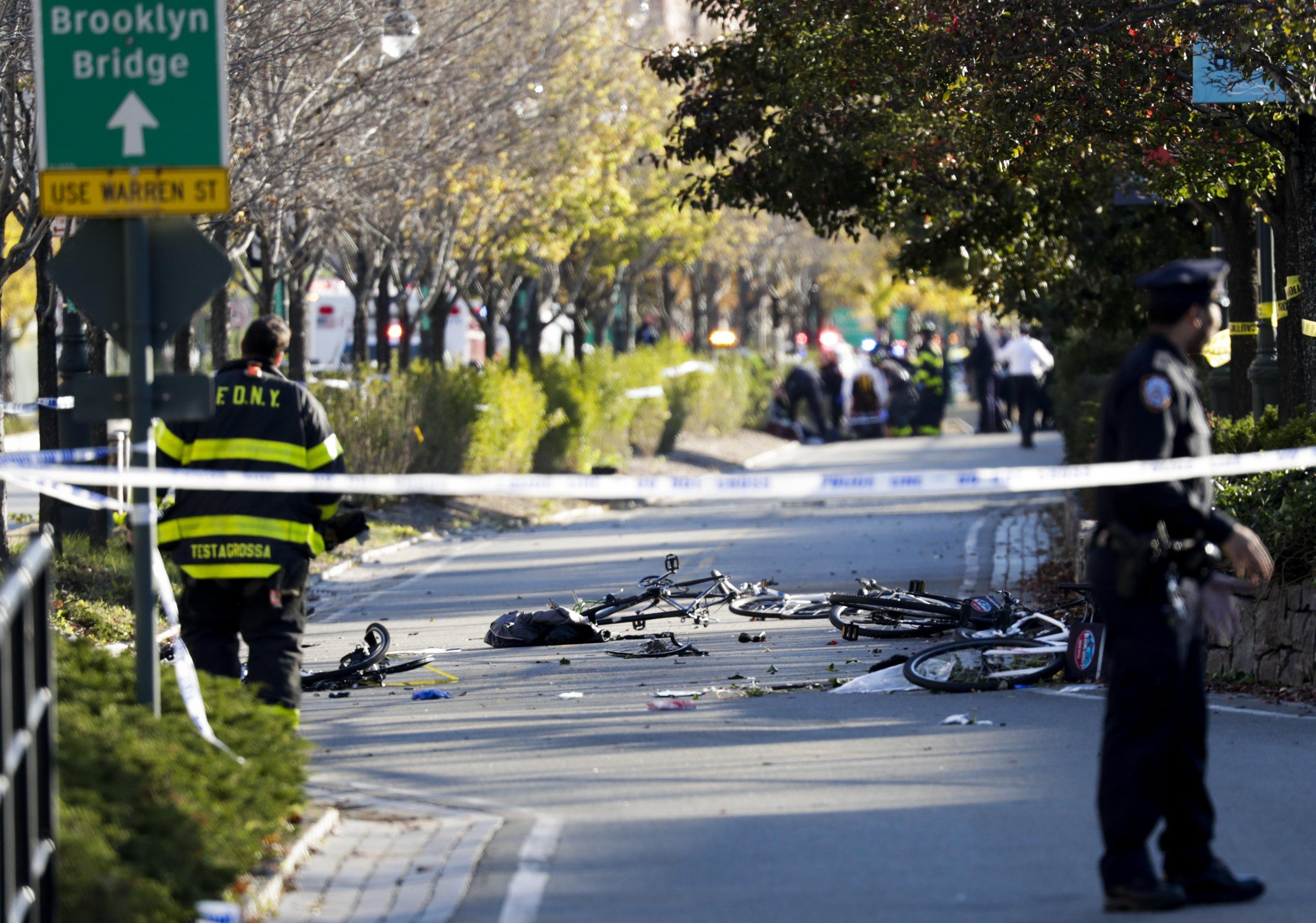 Attentato a New York, furgone piomba su pista ciclabile: 8 morti a Manhattan