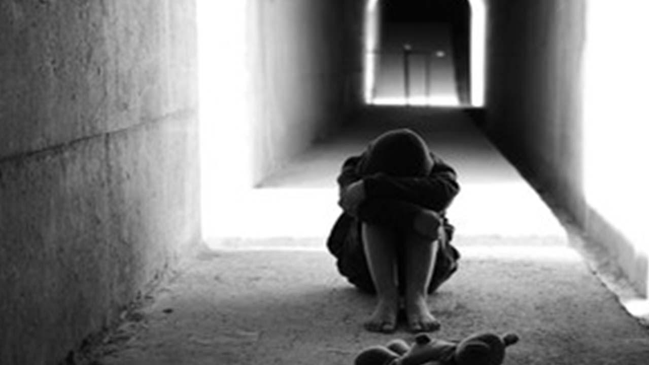 """Frosinone, tema shock di una 14enne: """"Mio padre mi ha violentata"""", l'uomo si suicida"""