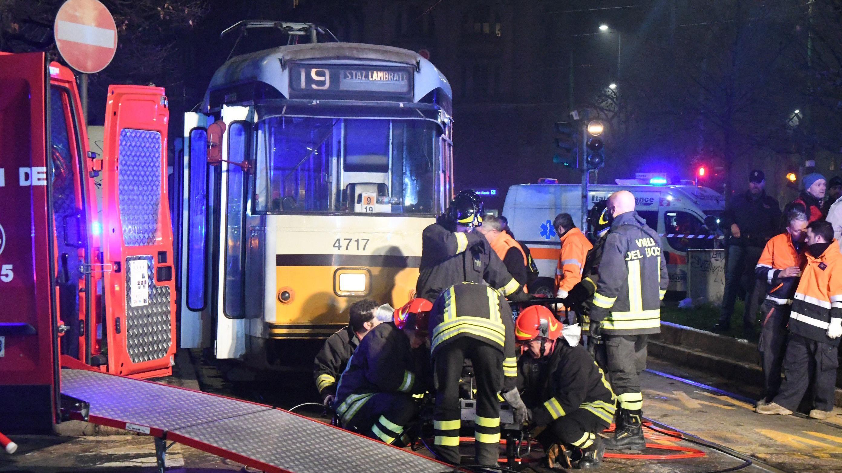 Milano, ragazza investita dal tram resta incastrata per un'ora