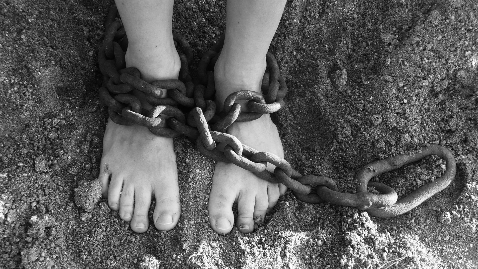 Padre tiene le figlie disabili prigioniere per 10 anni in casa: una di loro avrebbe avuto due bambini dopo le violenze