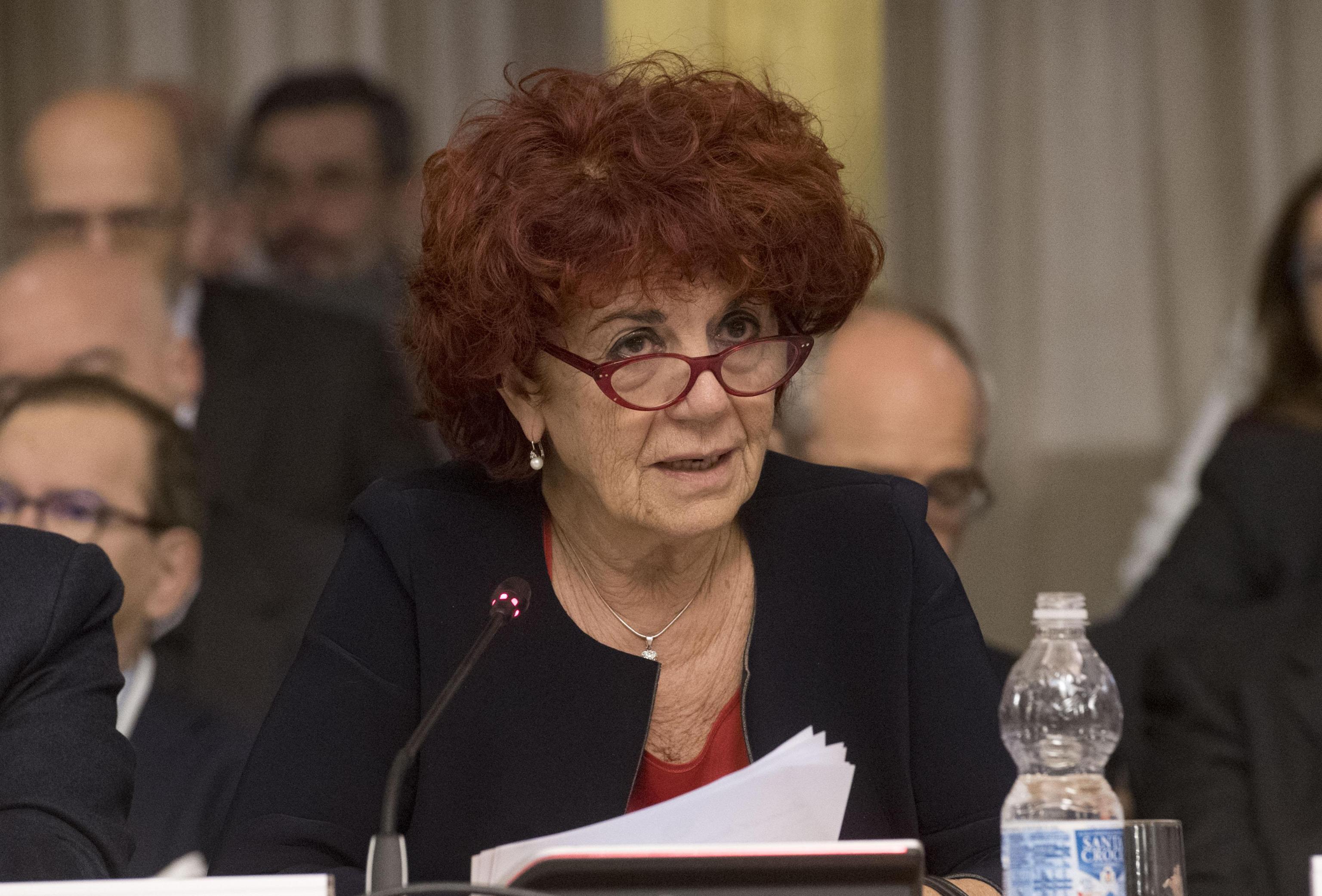 Pubblicità classiste nelle scuole, ministro Fedeli: 'Inaccettabili'