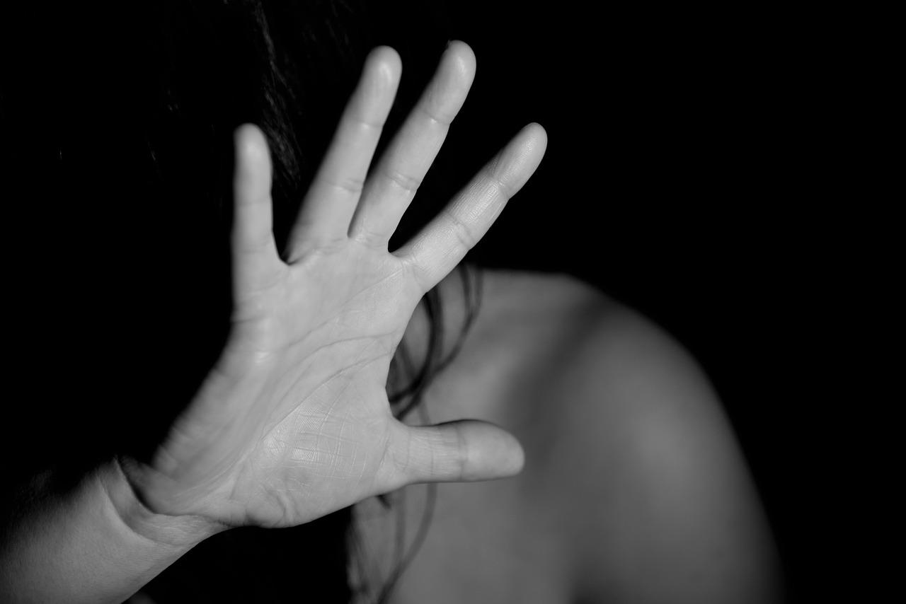 Picchiata e violentata in albergo, è costretta a ripulire anche il suo sangue