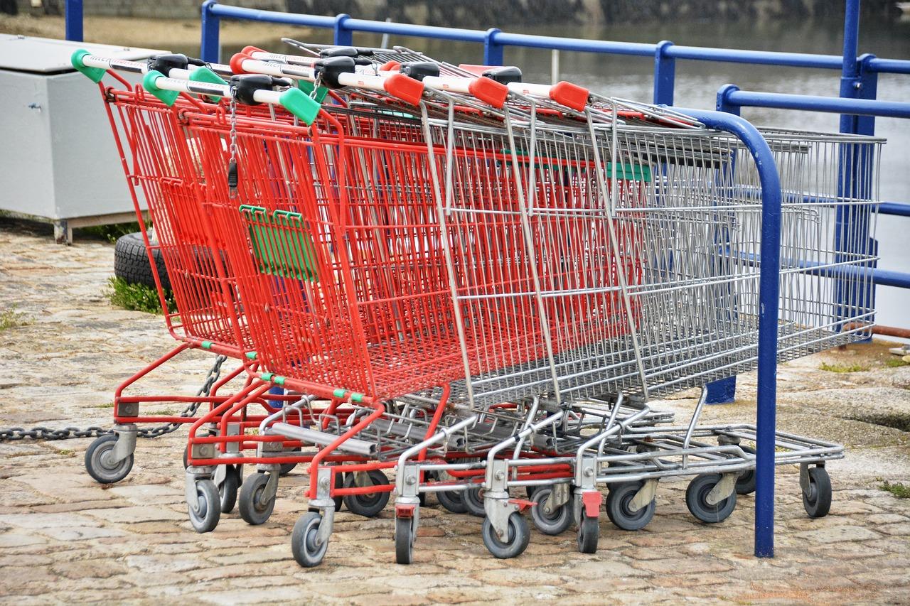 Lascia la figlia in macchina per andare al supermercato: mamma accusata di abbandono di minore
