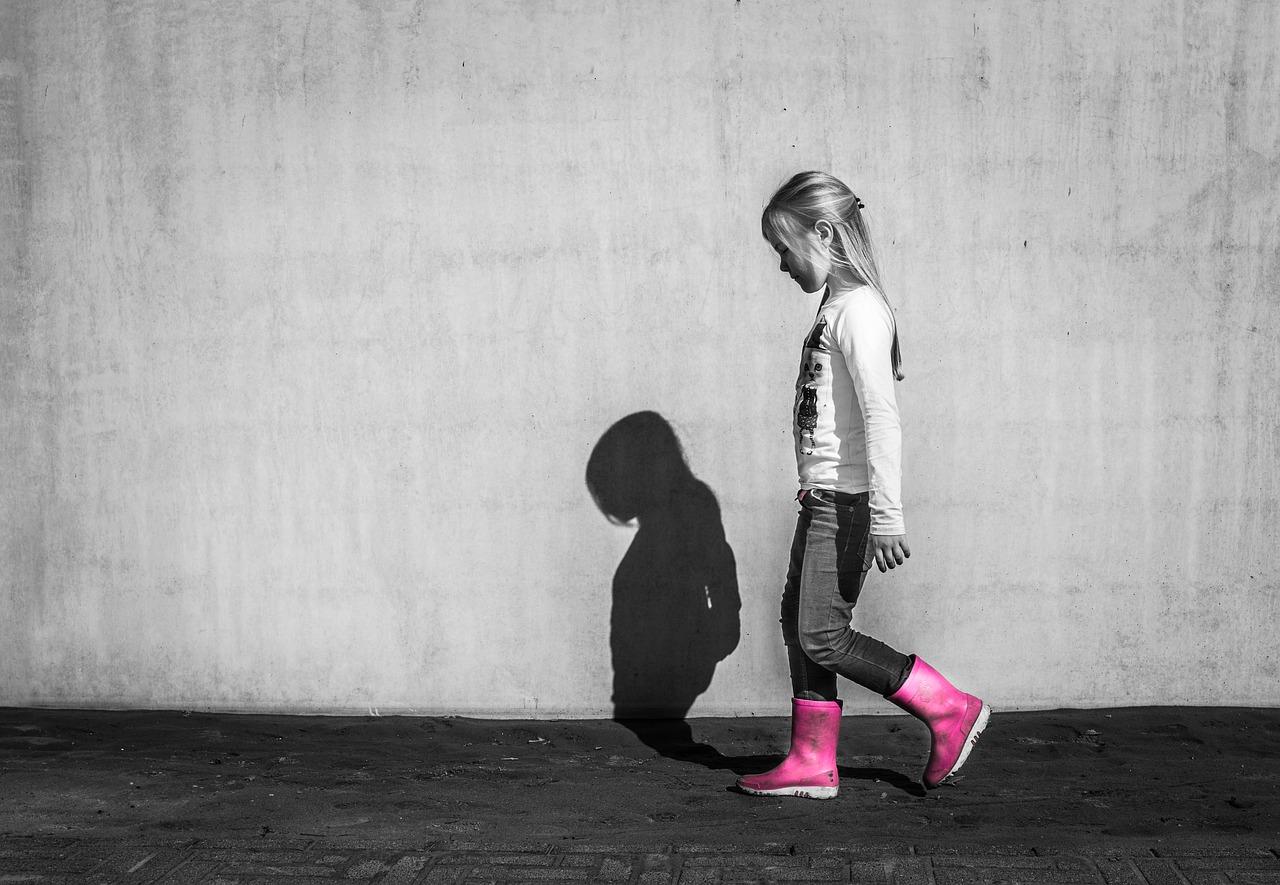 Lascia la figlia a chiedere l'elemosina per strada: mamma denunciata