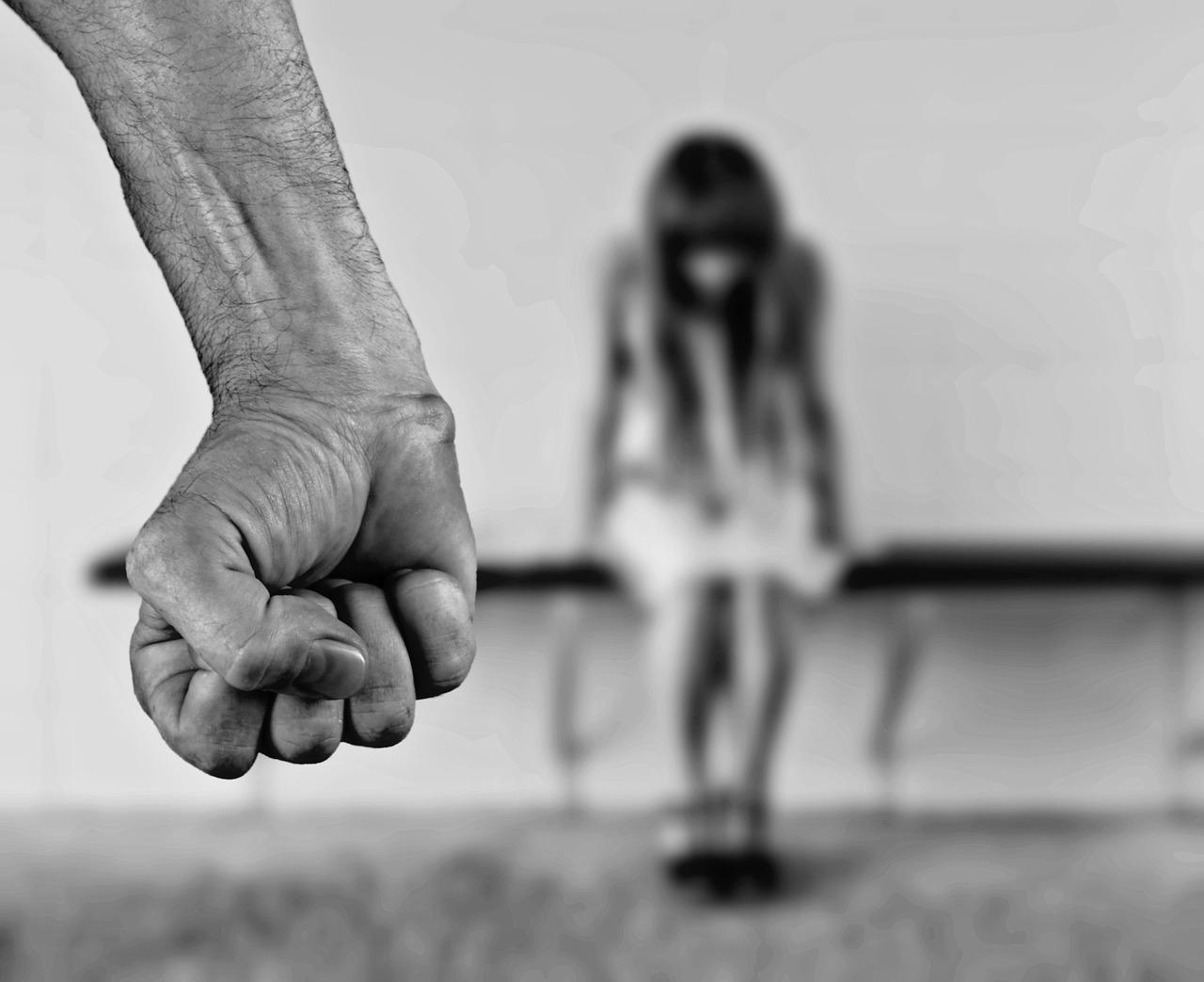 Violentata dal datore di lavoro: la denuncia di una commessa 18enne