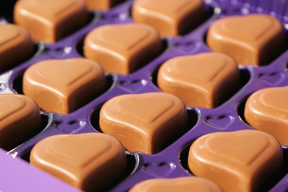 Stati Uniti, polemica per la donna che prepara dolci di cioccolato utilizzando la placenta