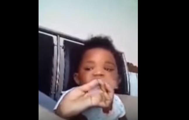 Mamma arrestata per aver costretto la figlia di un anno a fumare