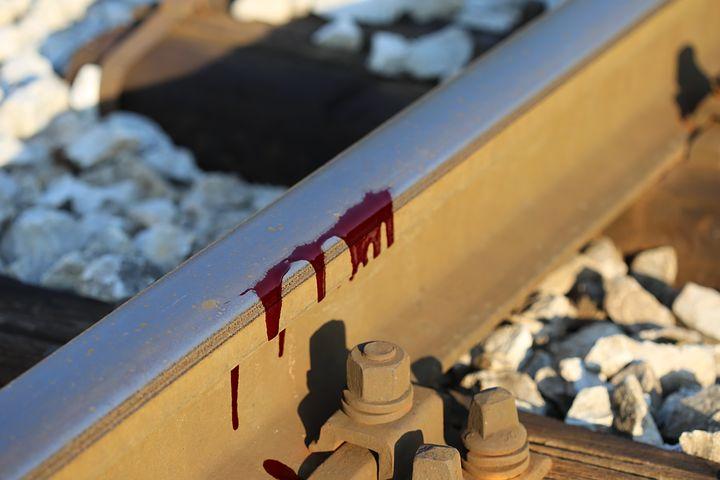 Pisa, muore sotto un treno dopo aver incendiato l'auto del pedofilo che abusava di lui