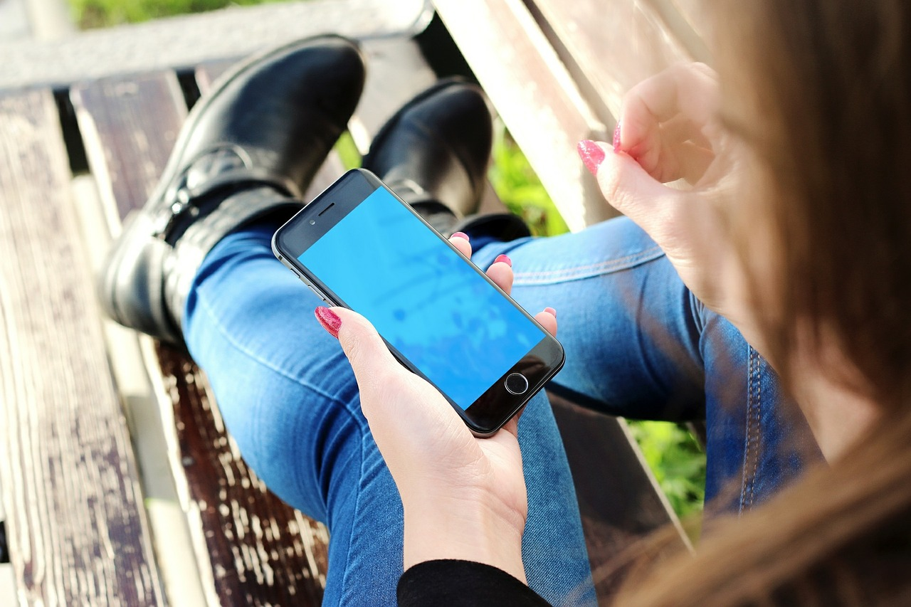 13enne invia un sms alla madre prima del suicidio, la donna non lo legge in tempo
