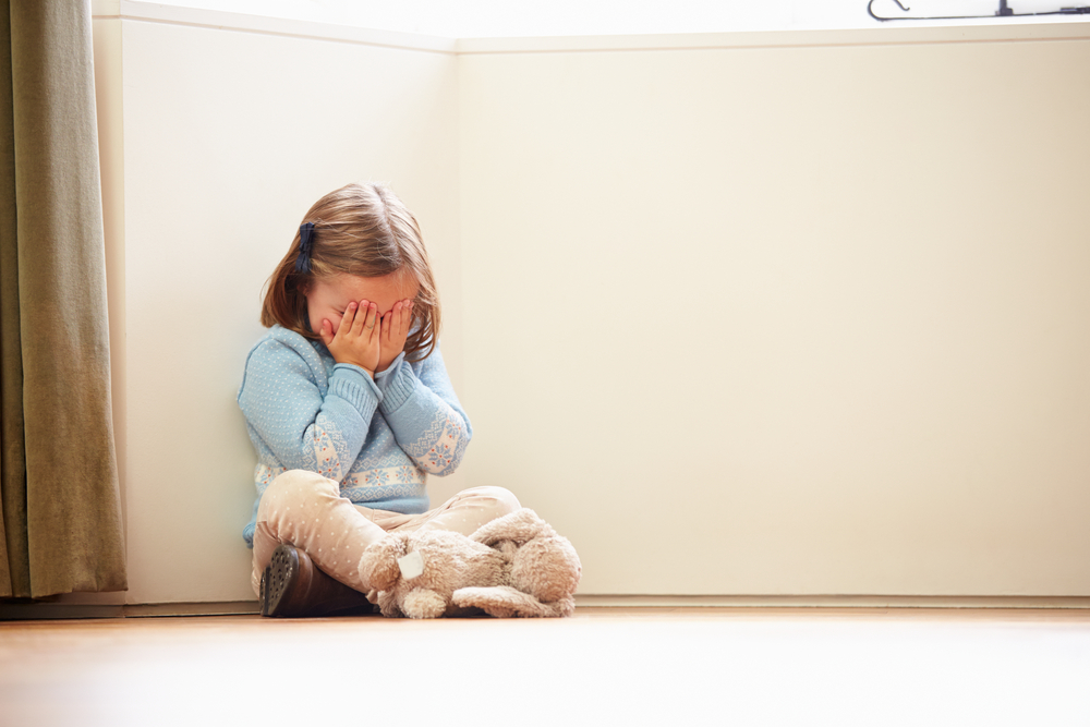 Bidella denuncia gli abusi sui bambini all'asilo: licenziata