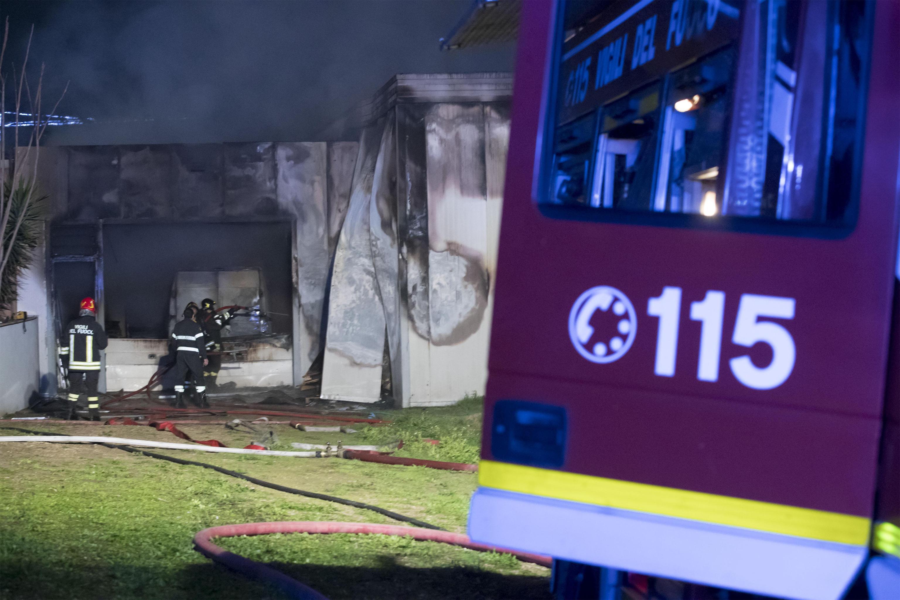 Bimbo di 2 anni salva la mamma e la sorellina dall'incendio in casa e muore tra le fiamme