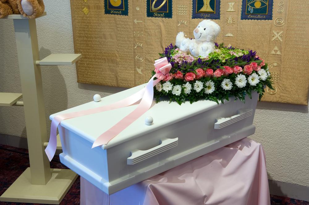 Madre organizza raccolta fondi per il figlio morto, ma il bambino è vivo e in salute