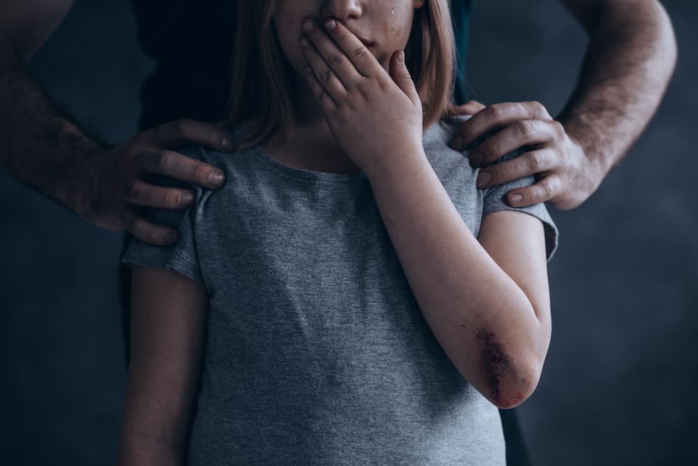 Ragazzina di 12 anni molestata e filmata in un camerino: arrestato un 44enne a Caserta