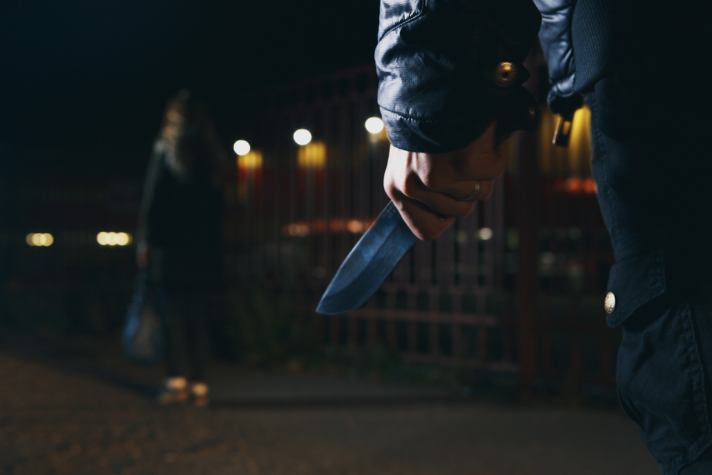 Firenze, 25enne minacciata con un coltello per una sigaretta negata