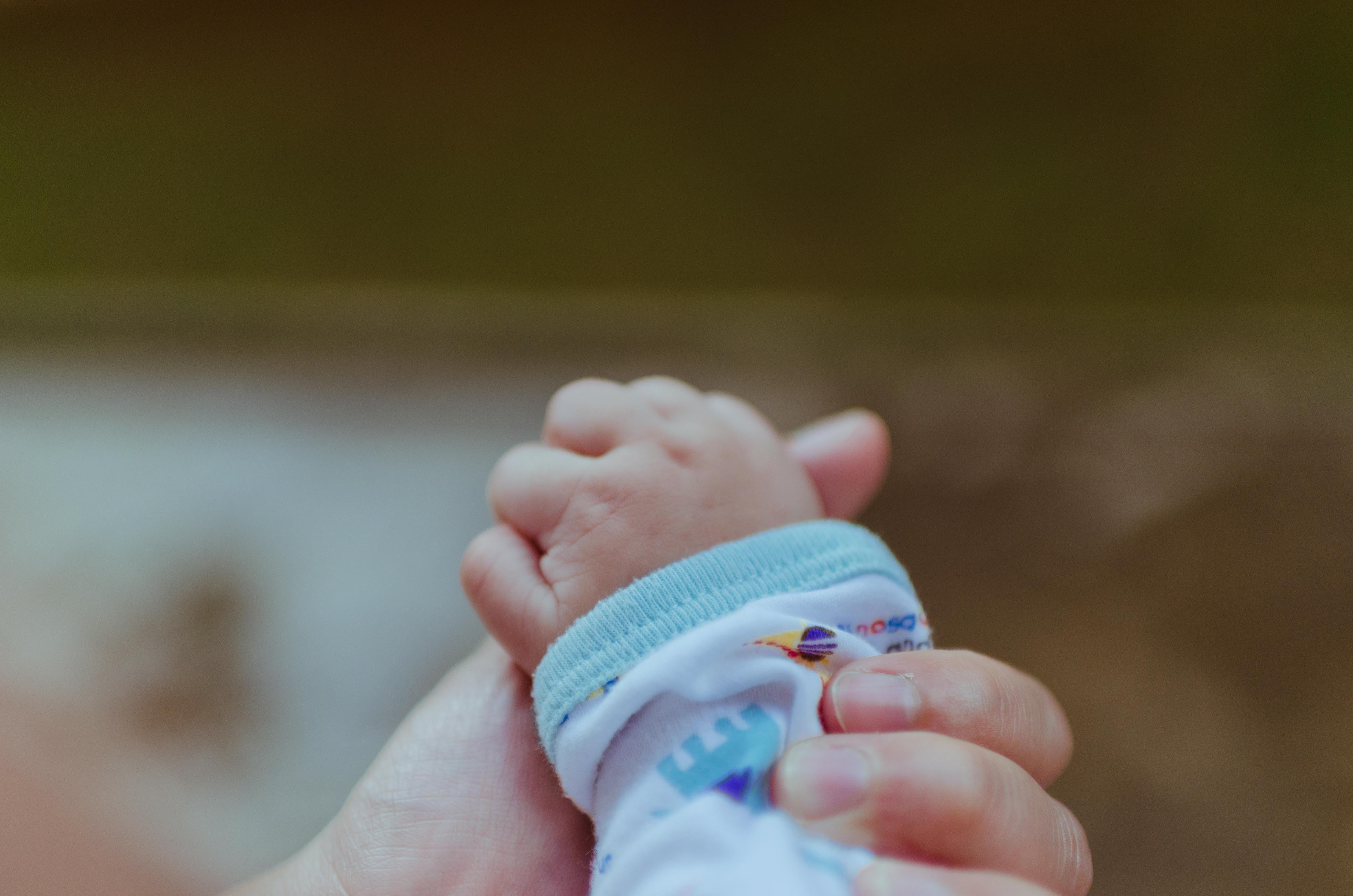 Papà fa nascere bambino guidato al telefono dal 118: piccolo e mamma stanno bene