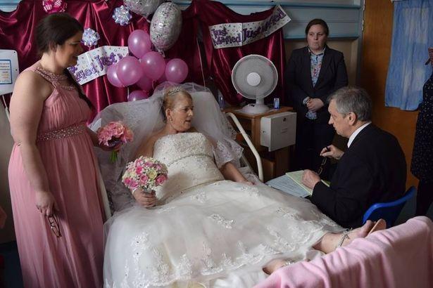 Grave diagnosi di cancro per lei: coppia si sposa in ospedale dopo 42 anni insieme