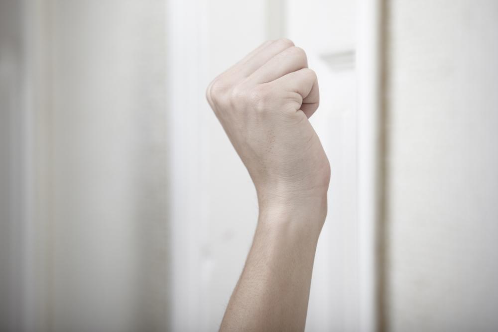 Mestre: donna picchia venditrice porta a porta