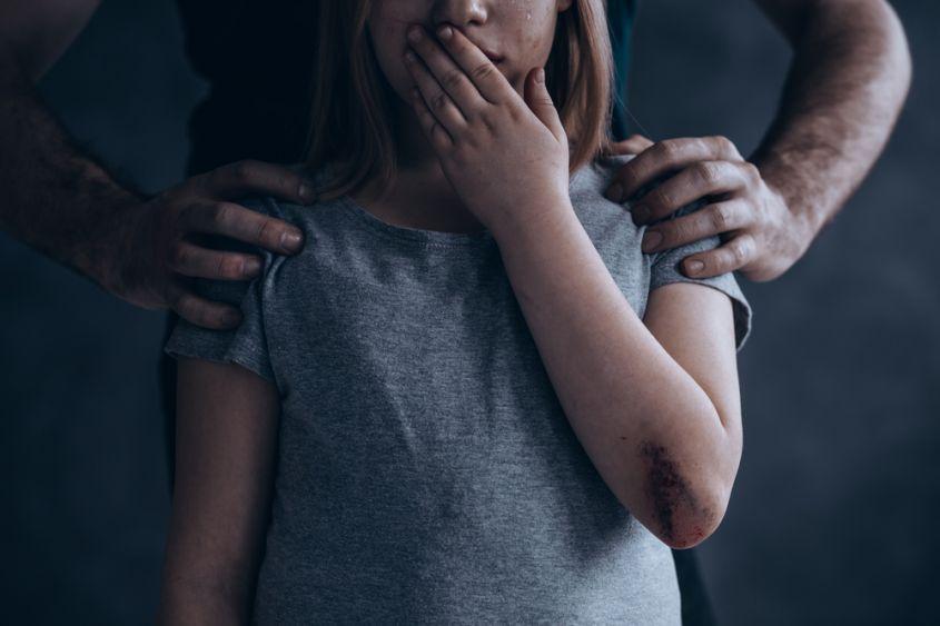Bimba di 8 anni abusata dal compagno della sorella maggiore