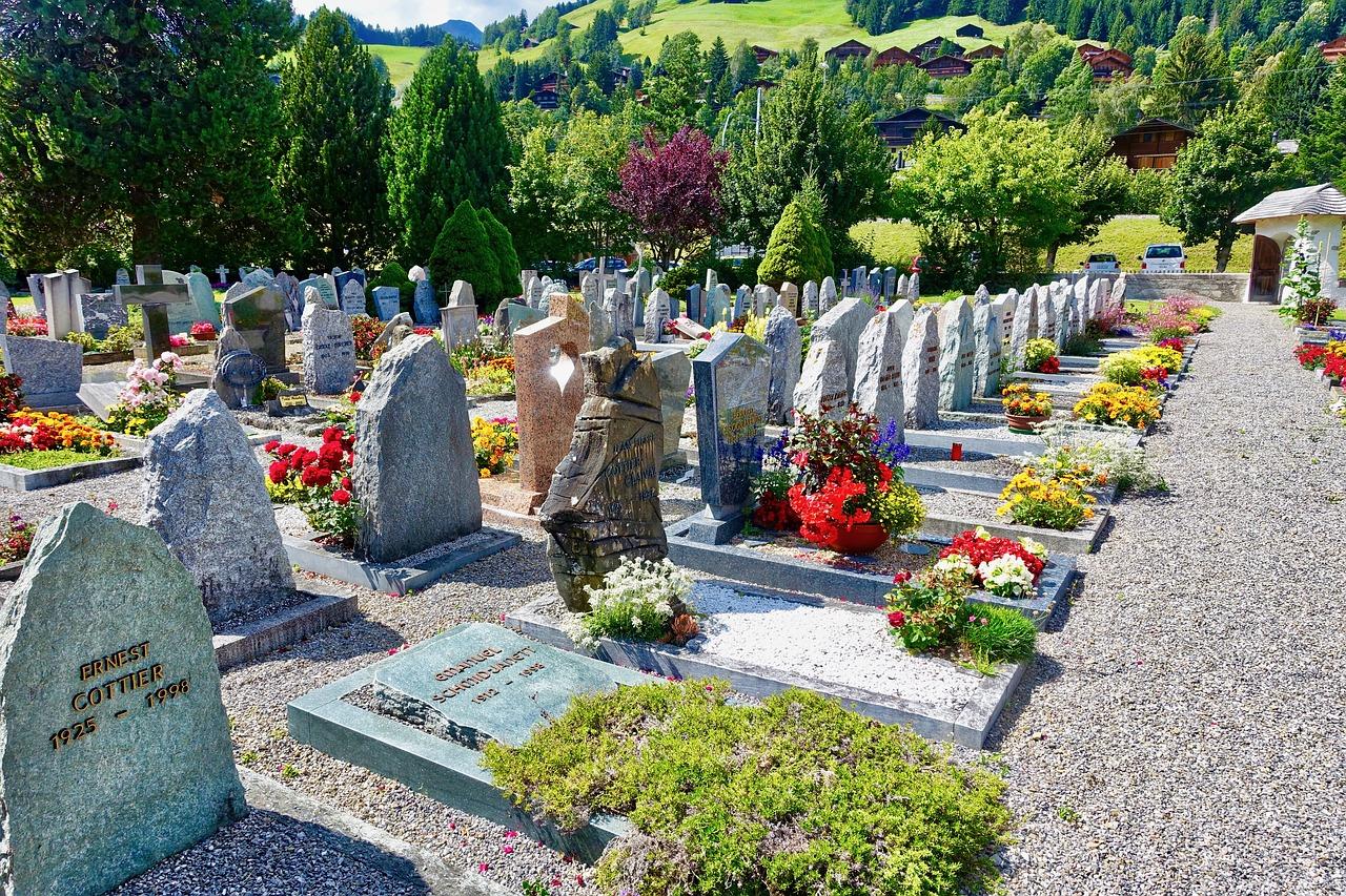 Furti nei cimiteri: individuato il ladro di fiori, bambole e cimeli dalle tombe