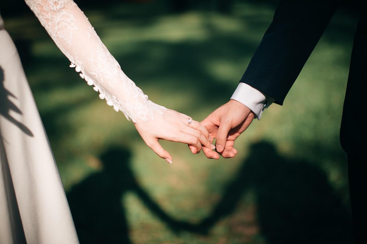 Occhio alla sposa: sui manifesti del matrimonio qualcuno svela il triangolo indesiderato