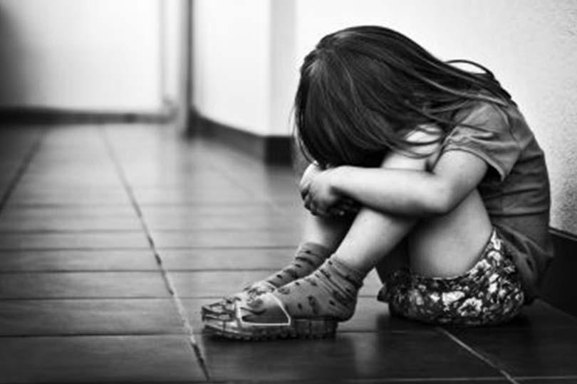 Genitori arrestati per aver torturato i 10 figli con morsi, pistole ad aria compressa e acqua bollente
