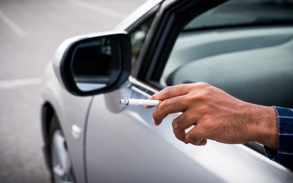 Papà fuma in auto con il figlio a bordo e viene multato