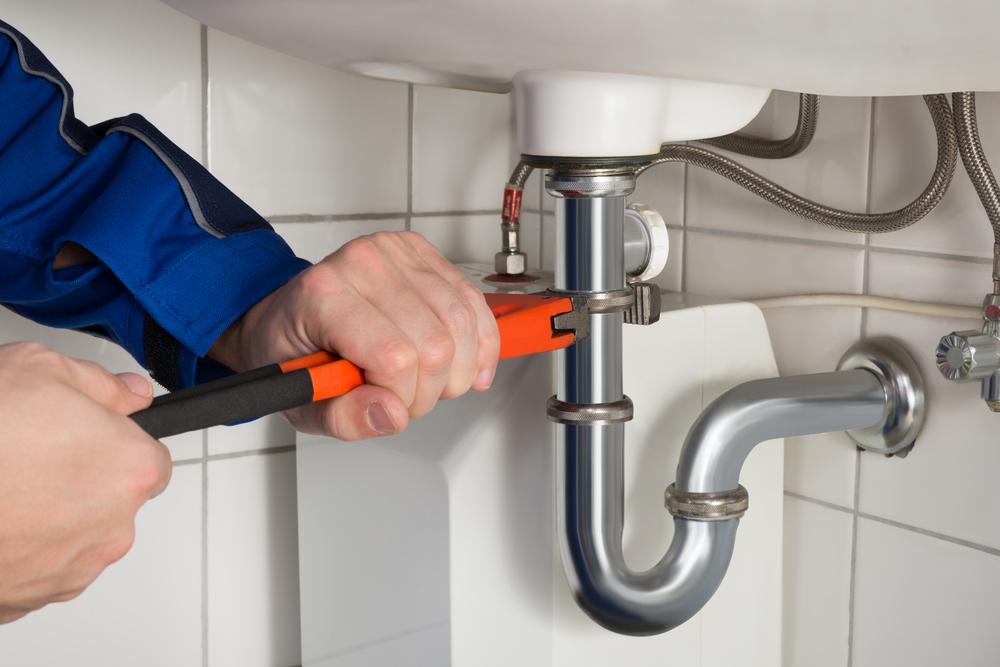 Pensionata sequestra l'idraulico che non le rilascia la ricevuta