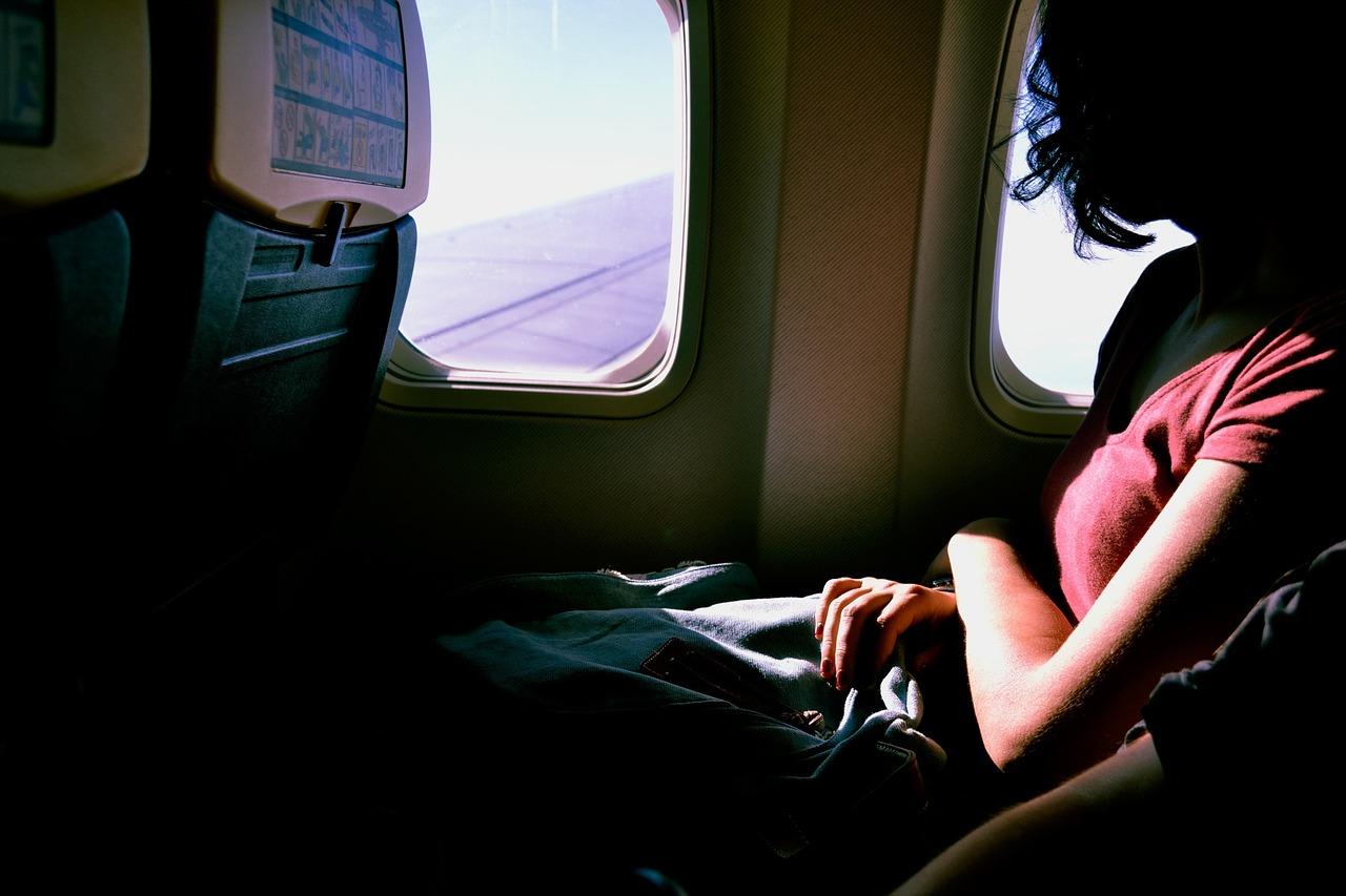 Mamma a bordo dell'aereo con il tiralatte: umiliata dal personale, la compagnia chiede scusa