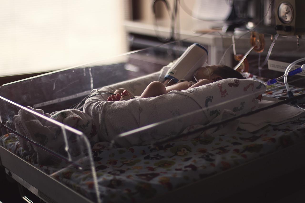 Salerno, neonato ustionato durante il bagnetto in ospedale: scuse ai genitori, provvedimenti all'orizzonte