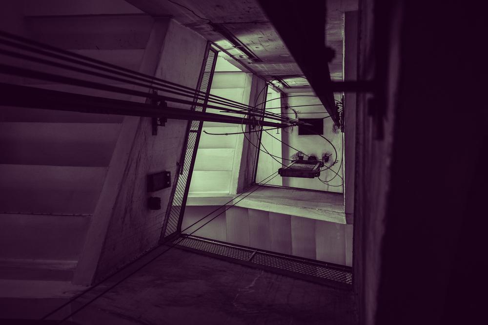 Un bambino di 18 mesi cade nella tromba delle scale e fa un volo di 3 metri