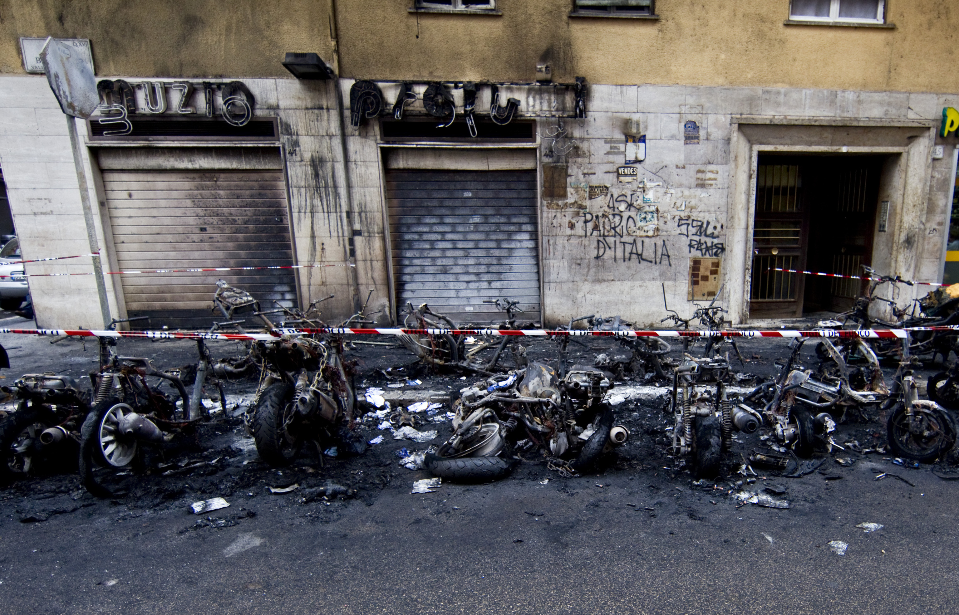 Pisa: mamma salva i figli dal rogo causato da un vandalo in strada