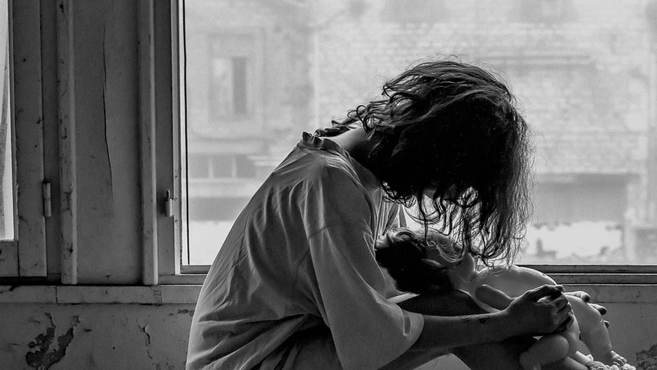 Segregata in casa dal marito con la complicità dei suoceri: avrebbero convinto i figli a prenderla a sassate