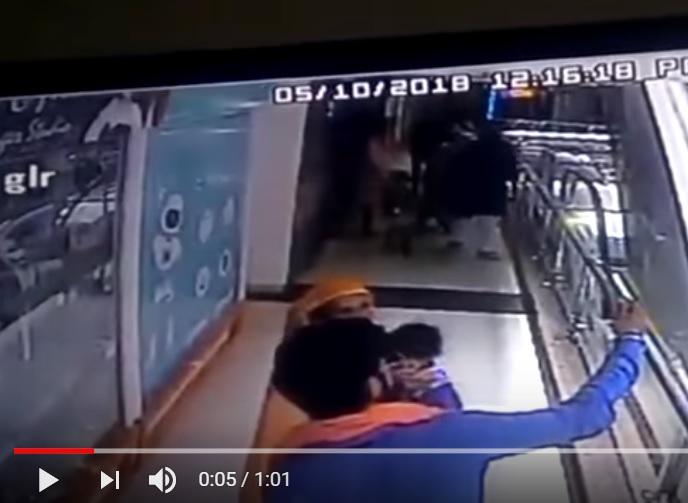 Bambina di 10 mesi precipita da scala mobile e muore per un selfie: il video shock