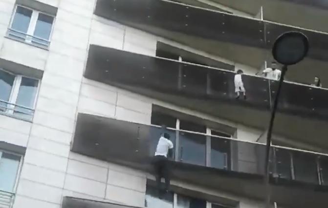 Parigi: bambino di 4 anni rischia di cadere dal quarto piano, salvato da un passante eroe