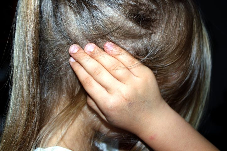 Ragusa, bambina stuprata per anni dal patrigno: la denuncia dopo il racconto a scuola