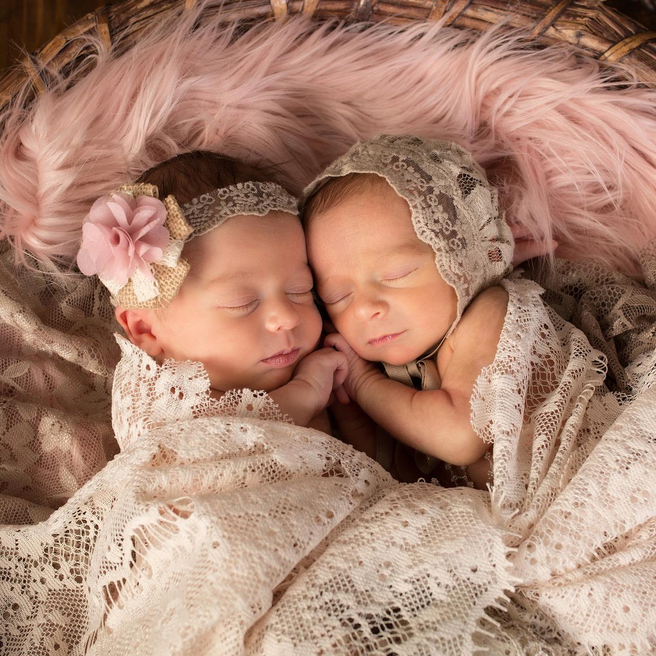 Bergamo, gemelle siamesi operate stanno bene: la storia di Evelina ed Elisabetta