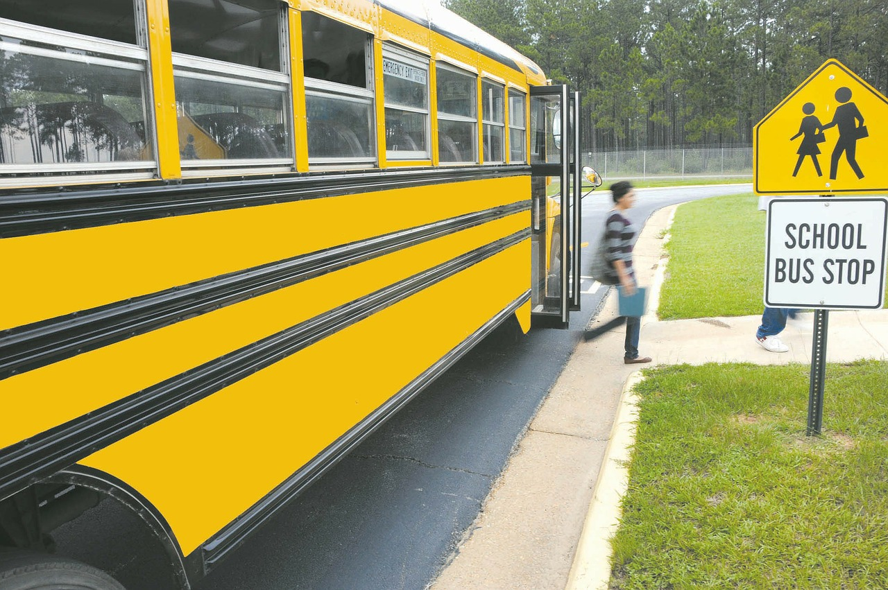 Bimbo di 5 anni rimane chiuso nello scuolabus sotto al sole: si salva uscendo da un finestrino