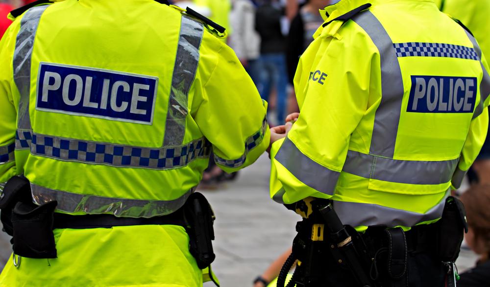 Gran Bretagna: insulta e molesta una donna davanti ai figli di questa