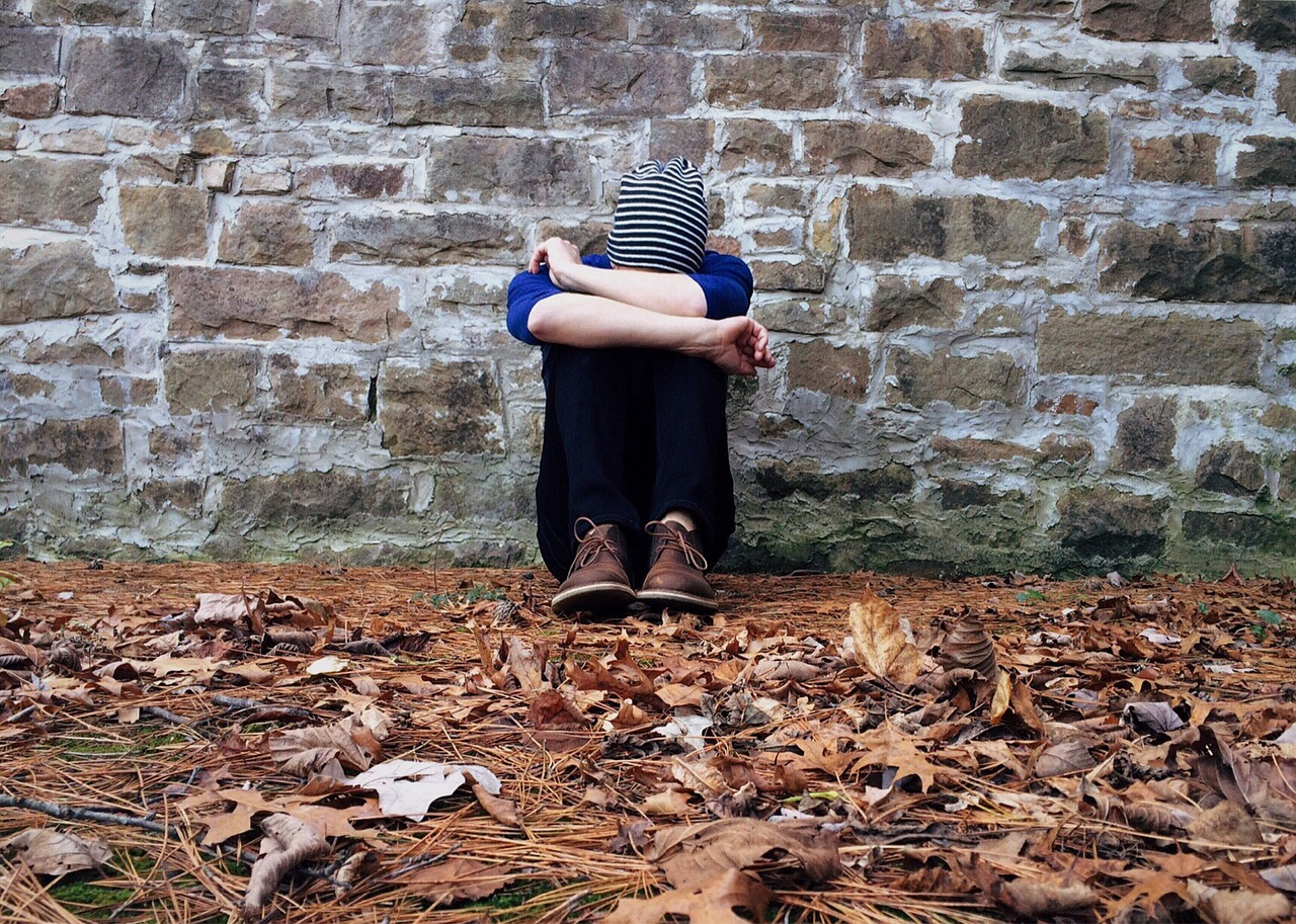 Inghilterra: sesso a tre col figlio di 11 anni per 'salvarlo' dall'omosessualità