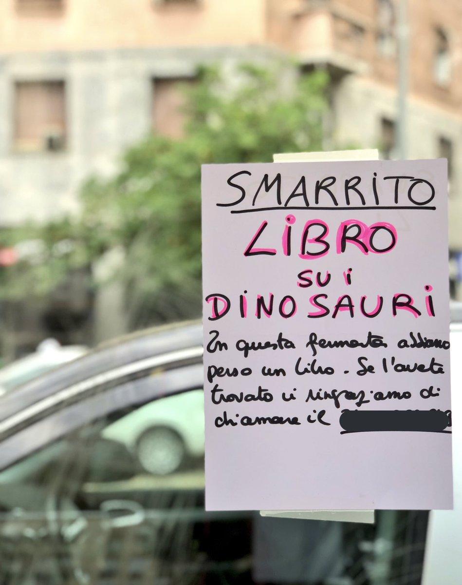 'Smarrito libro su i dinosauri': l'appello comparso a una fermata del tram di Milano