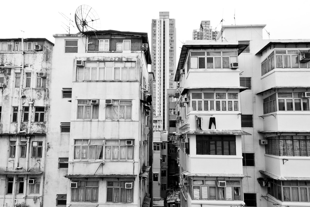 Suicidio in Cina: 19enne dall'alto di un palazzo minaccia di togliersi la vita, la folla la incita a fare in fretta