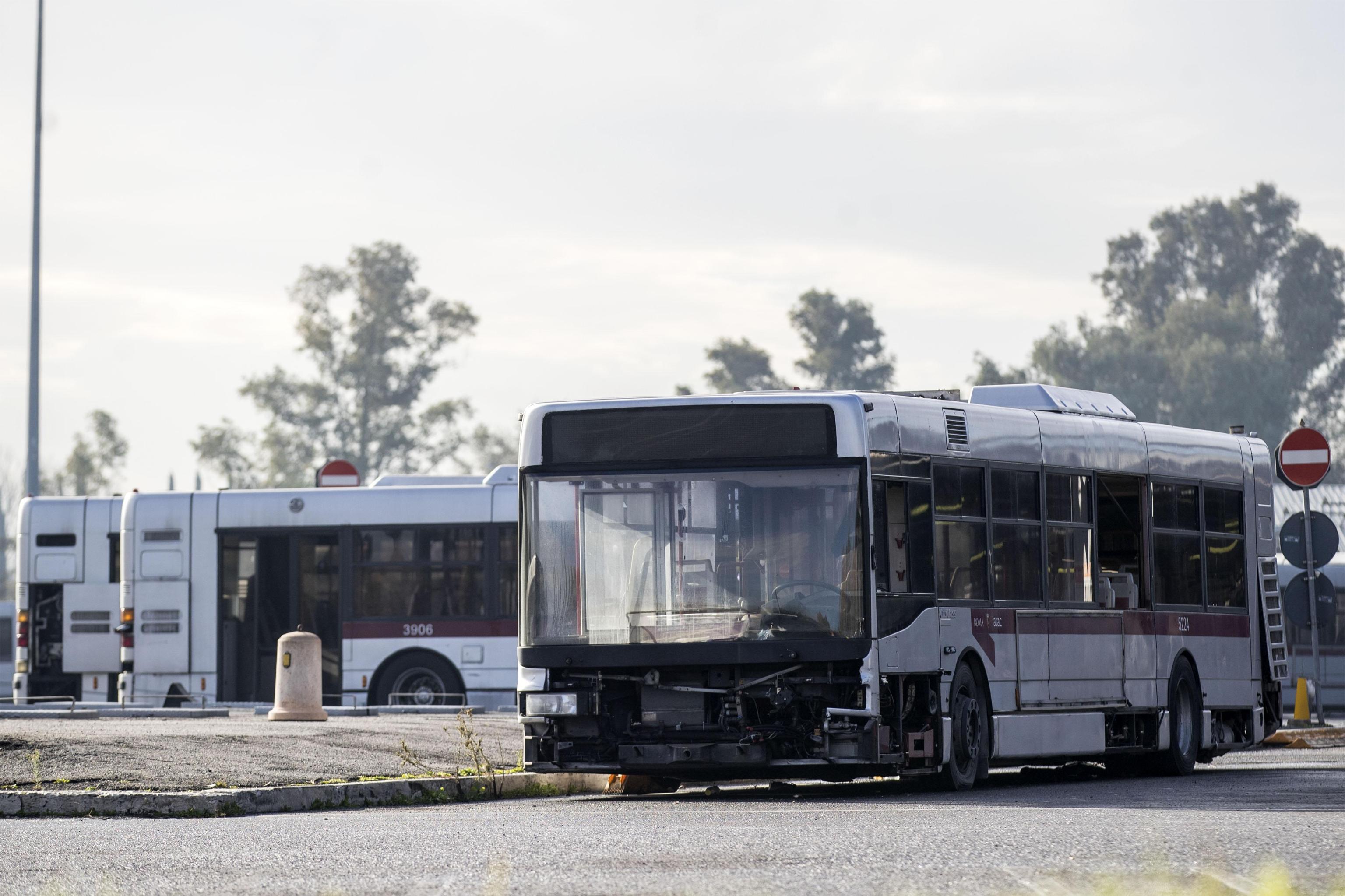 La porta del bus non si apre: autista aggredita da un passeggero