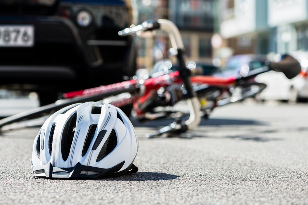 Investe di proposito una famiglia in bicicletta: il padre è morto, un bambino è ferito gravemente