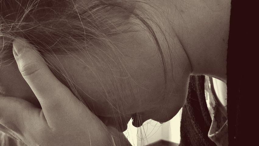 15enne stuprata insieme alla madre da 12 uomini: il padre è stato legato a un albero e ha assistito alle violenze