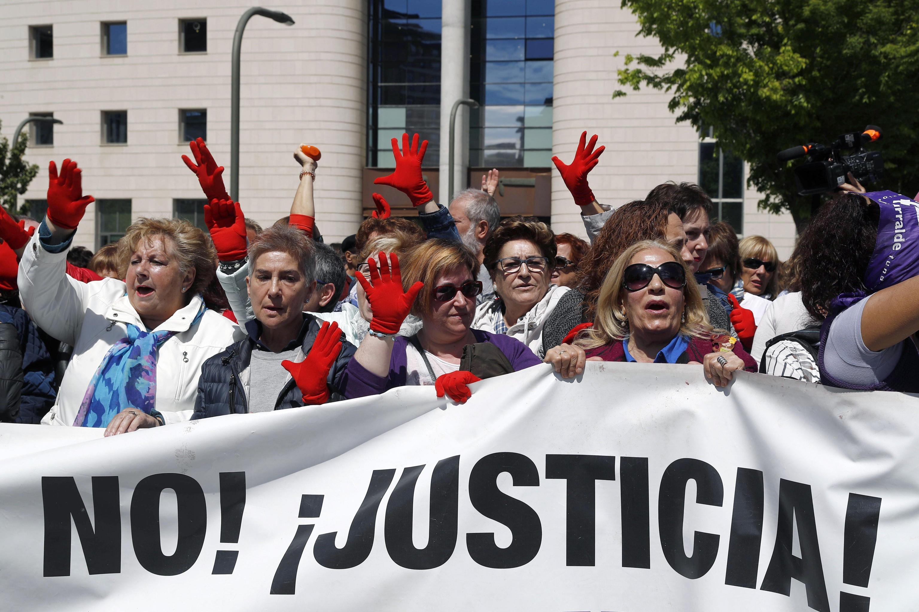 Spagna: stuprarono 18enne a San Firmino, branco in libertà provvisoria dietro cauzione di 6mila euro