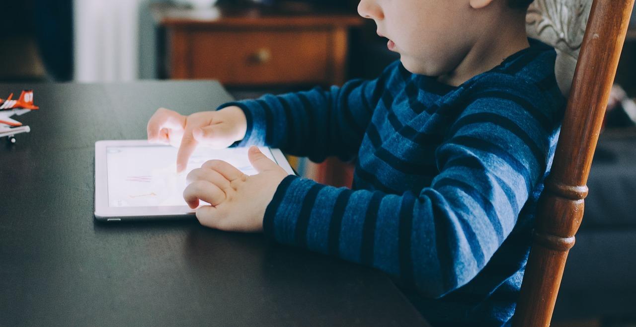 Niente smartphone e tablet ai minori sotto i due anni: l'appello arriva dai pediatri
