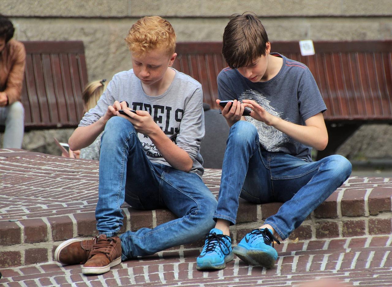 Francia, stop ai telefonini a scuola: cellulari vietati alle elementari e medie